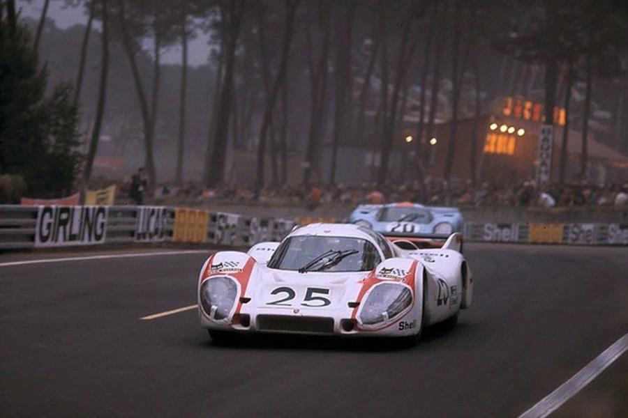 Vic Elford in the Porsche 917 #25 leads Jo Siffert in the Gulf Porsche 917 #20