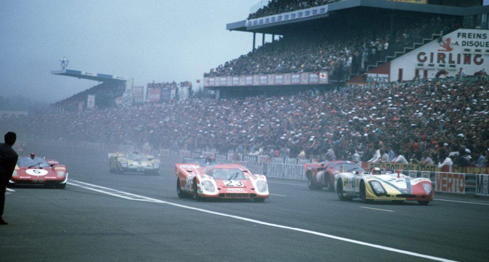 The Porsche #23 (Hans Herrmann / Richard Attwood) starts the race in 9th position