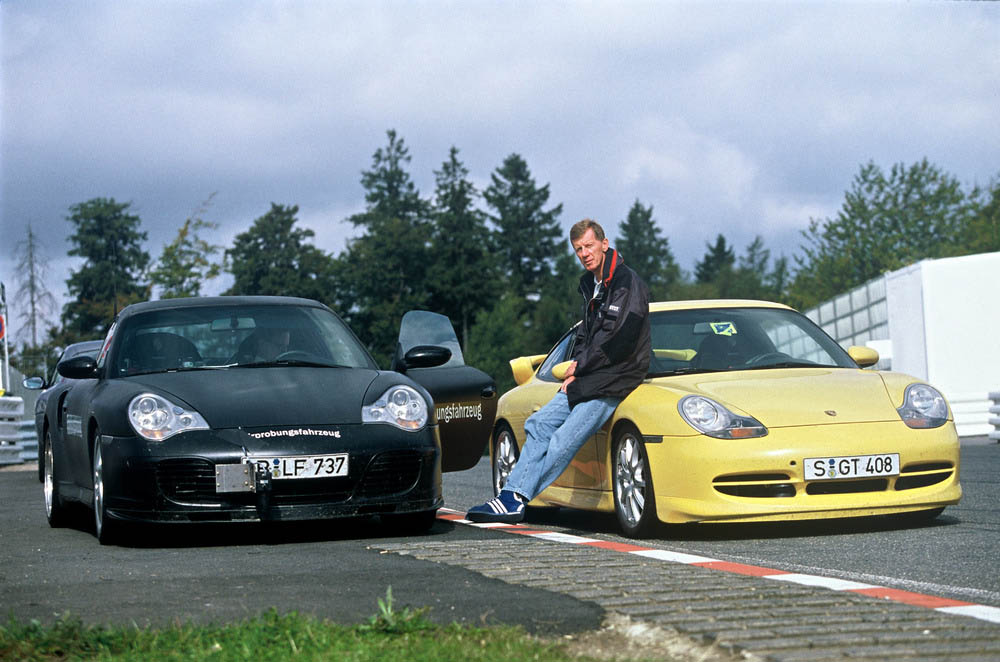 Walter Roehrl between the Porsche 911 Turbo 3,6 Coupé (left) and the Porsche 911 GT3 (right), 1999.