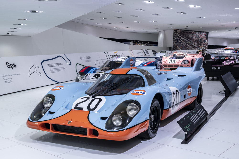 """Two 917 KH with the famous """"Gulf"""" colours, including starting number 20, started in Spa-Francorchamps in 1971."""
