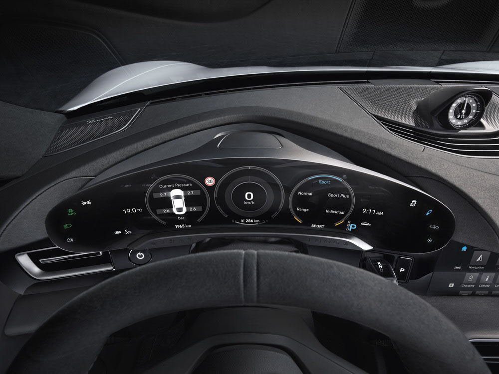 10-New-in-the-Taycan-the-free-standing-curved-instrument-cluster-as-the-highest-point-on-the-dashboard