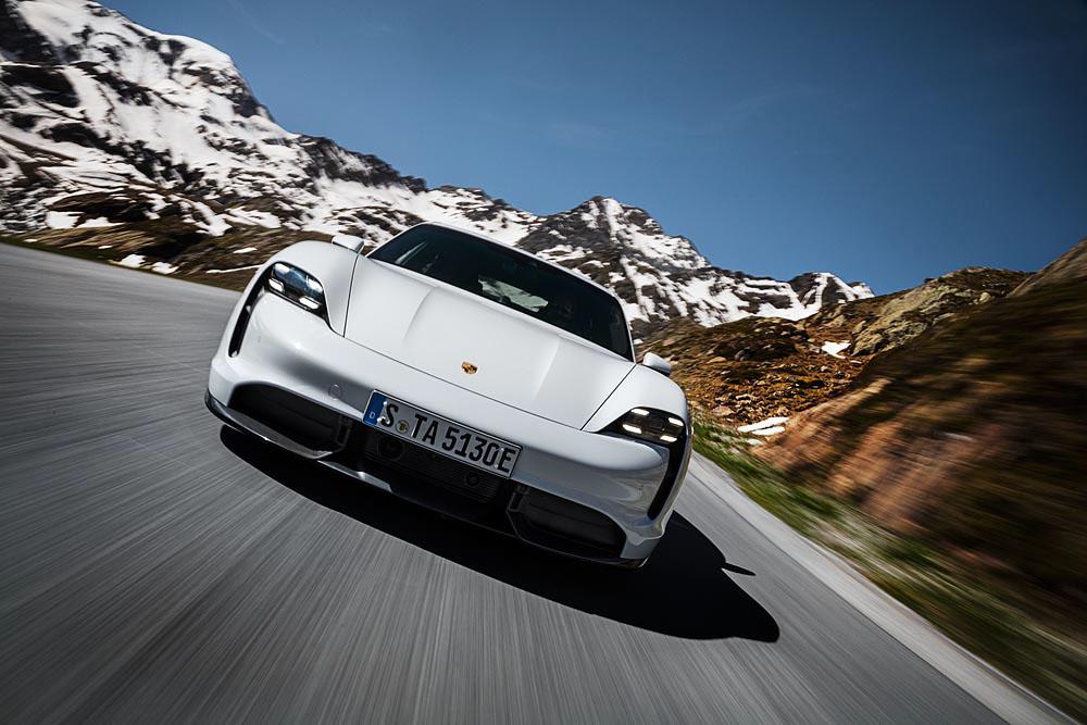 2-Porsche-Taycan-Turbo-S