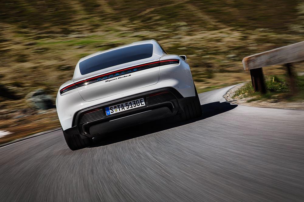 3-Porsche-Taycan-Turbo-S