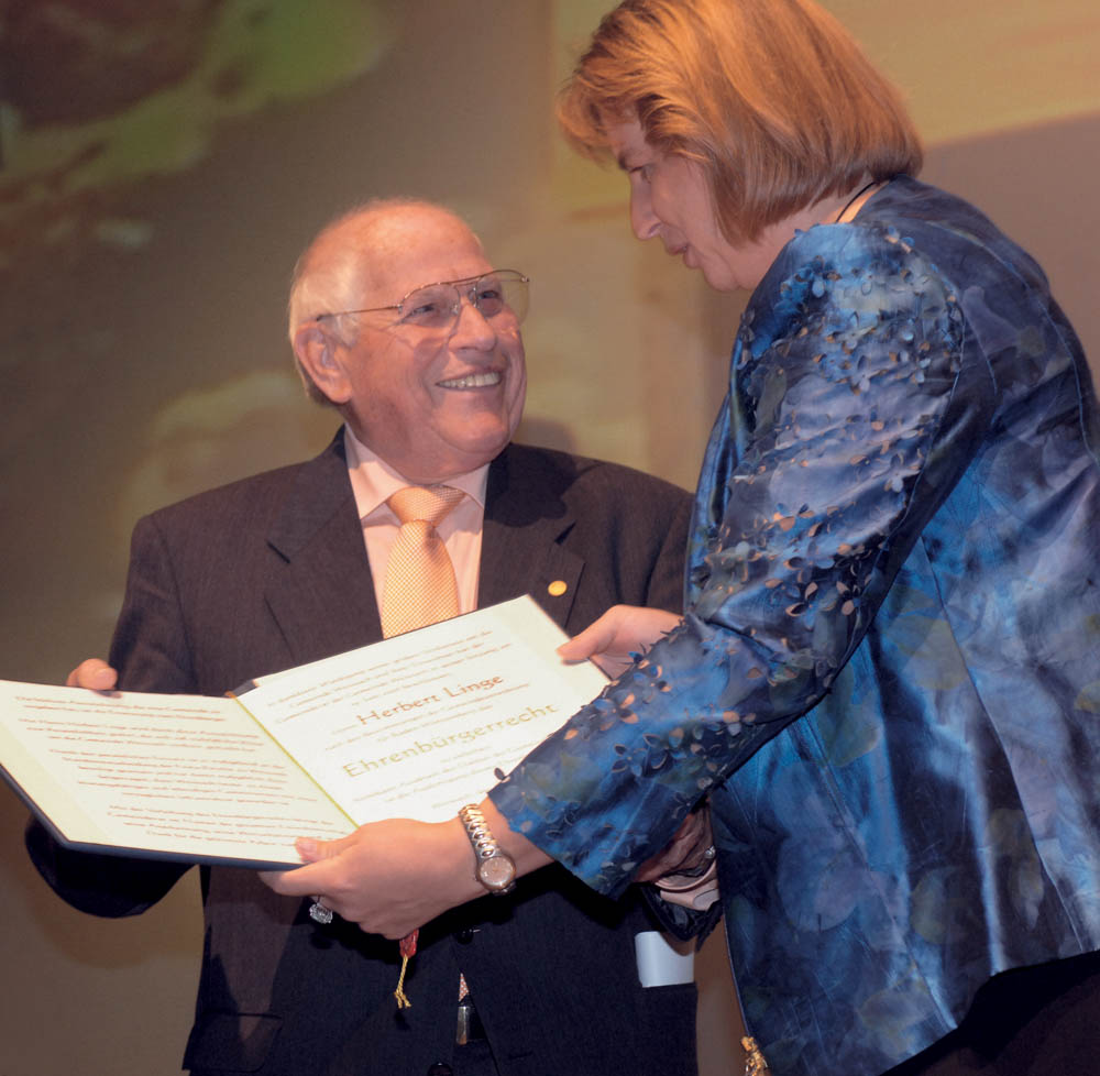 Ursula Kreutel, mayoress of Weissach, presents Herbert Linge with the honorary citizenship in 2007
