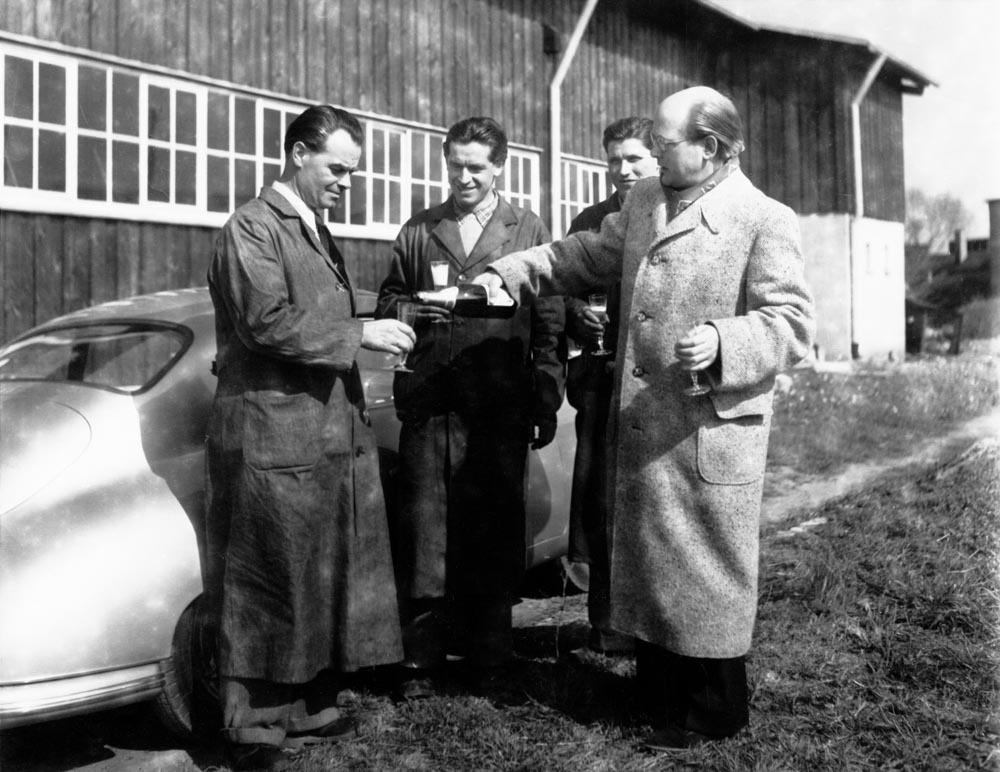 The handover of one of the first 356 to the customer Dr. Ottomar Domnick is celebrated with champagne. Herbert Linge can be seen 2nd from right