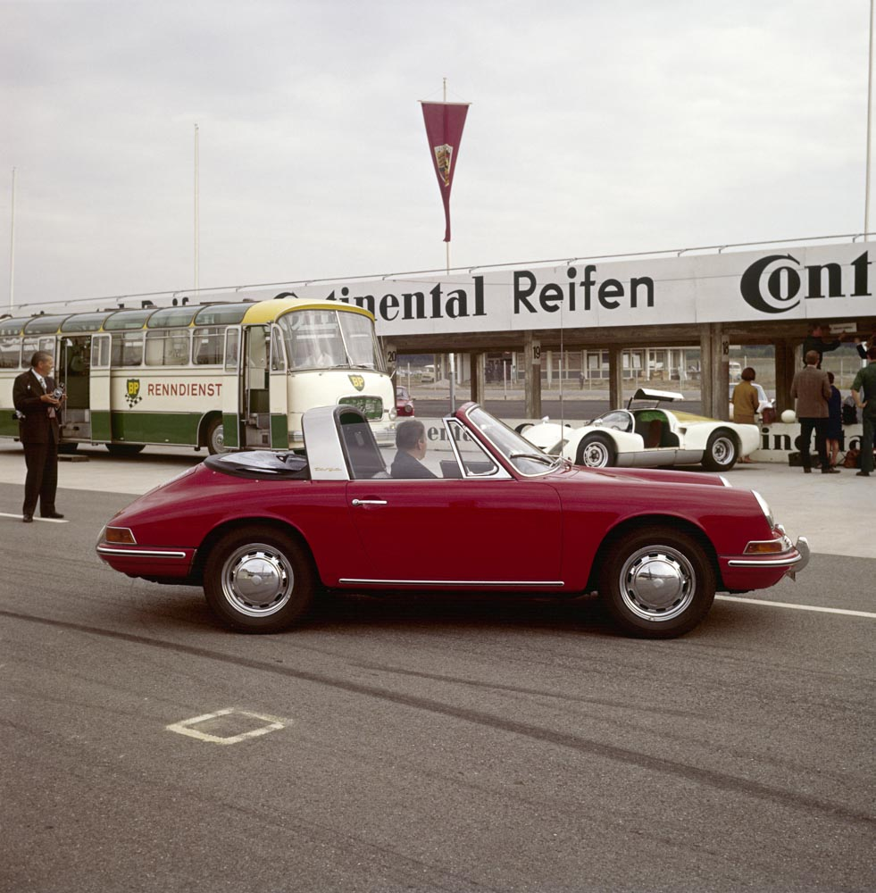 At the Hockenheimring: Porsche Type 911 2,0 Targa, model year 1967