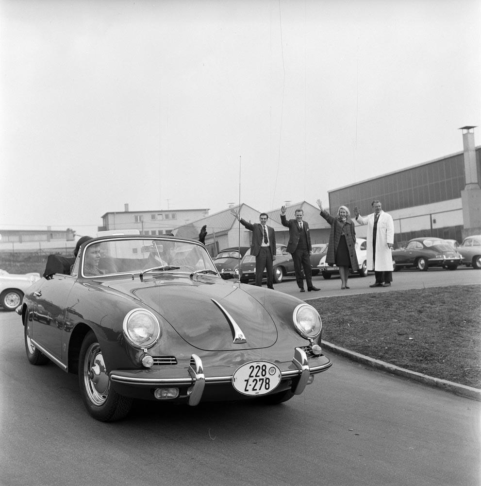 1962: Customer collection of a Porsche 356 B.