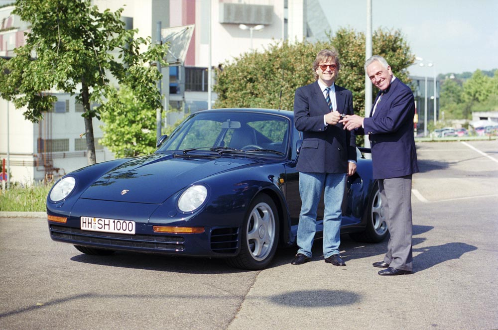 1988: Harald Wagner (right) hands over the keys to his 959 Coupé to conductor Justus Frantz.