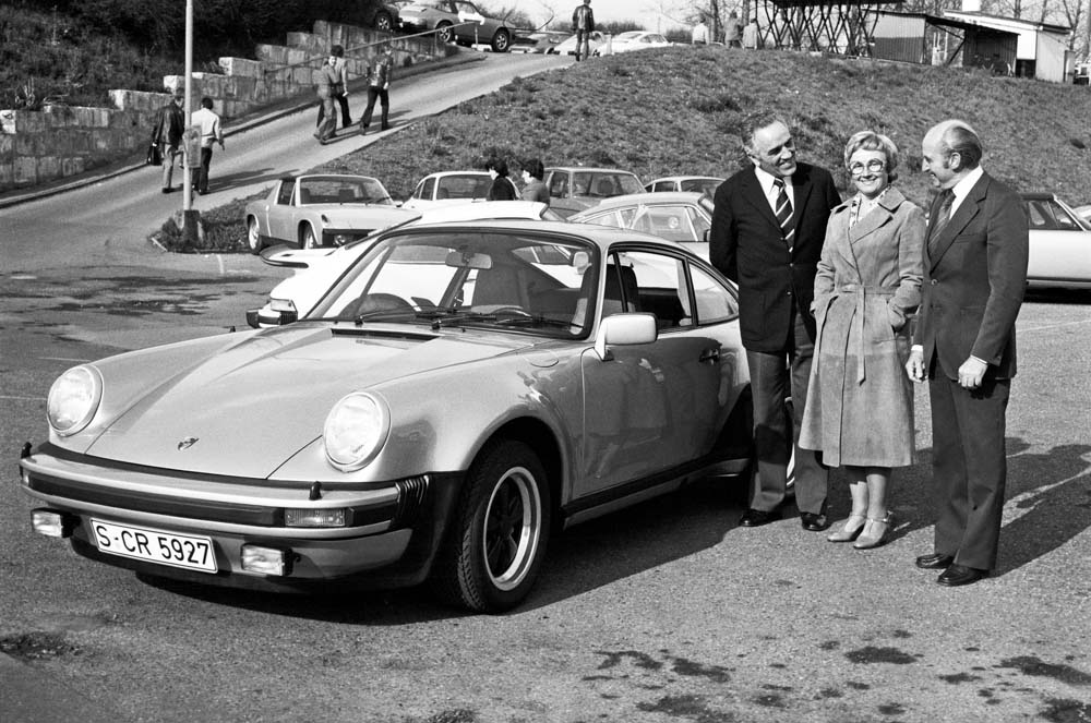 Harald Wagner (left) hands over a 911 Turbo 3.0 Coupé (built 1976) to the Pietsch family.