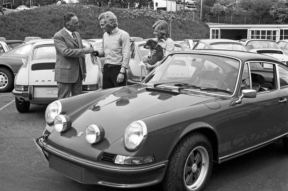 Uli Hoeneß (centre) receives his Porsche 911 Carrera RS 2.7 Coupé (built 1973); Harald Wagner on the left.